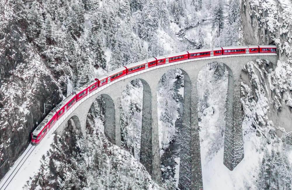 The Red Train @Lanhdanan / imgur.com
