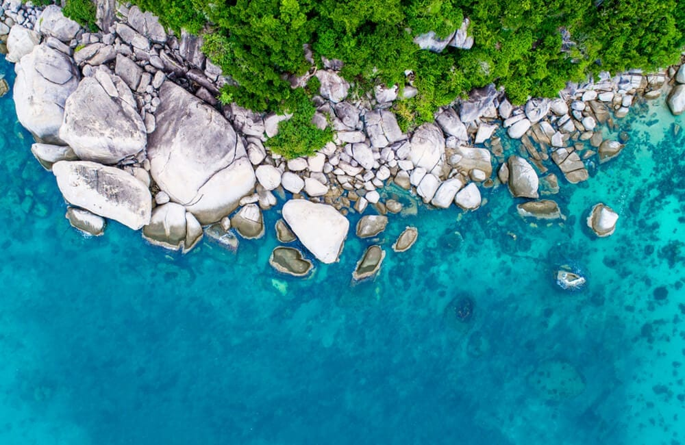 Green Forest and Blue Water, Thailand © SVongpra / Shutterstock.com