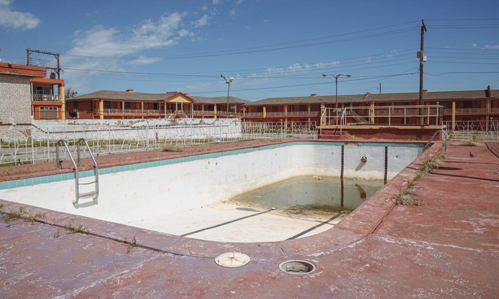 Empty Pool @melissamn / Shutterstock.com